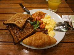 ホリデイ・イン・エクスプレスの朝食です。(現地時間 6:40頃)