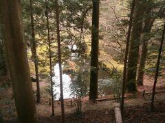 北畠氏館跡庭園のわきを登っていきます。