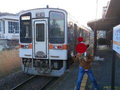 伊勢奥津行きの列車(1両)がやってきました。2名の方が乗車しました。ウィキペディアによると1日の平均乗車人数が6名になっています・・・