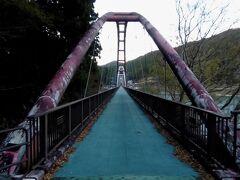 続いて、もう少し北にある「夢のかけ橋」へ行きました。ここはかつて国鉄が通る予定だったらしい場所で、その時に残された橋脚を利用してできたのがこの夢のかけ橋だということです。