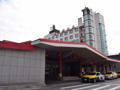 金門のフェリーターミナル。  11時過ぎに到着。 フェリーターミナル前にセブンイレブンあり。  さて、ココからホテルまでですが。 バスはあるけど1時間に1本。 そしてさっき出たばかりっぽい。 ということでタクシーでホテルまで。  フェリーターミナルからホテルがある金城までは一律250台湾ドル。 15分弱の距離なのになかなか高い。 でも、コチラは金門トラベルでも書いていましたが、一律で決まっている値段です。  金門編①に続く。 https://4travel.jp/travelogue/11670341