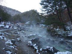 西の河原公園は川が温泉