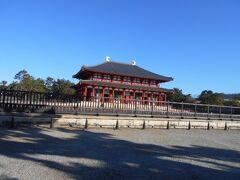 12月4日(金)、今日も爽やかな秋晴れです。 楽しい奈良観光の一日がスタートします。 昨日ホテルで奈良の鹿寄せに参加すると言いました。 鹿寄せ公園での記念品の引換兼パンフレットを頂きました。 若草色の布の小さな鹿の絵がついたエコバッグを頂きました。 10時から奈良公園の飛火野で始まります。 (飛火野は奈良公園では最大の芝生の広場) ホテルから飛火野までは徒歩で20分ほど、 近鉄奈良駅からも歩いて15分ほどで行けます。 私たちは昨夜近くのパン屋さんで購入したパンなどと 持参したスープなどで簡単な朝食を済ませた後、 少し早めにホテルを出発しました。 鹿寄せがある飛火野までの途中に興福寺が有りますので そこをまず見学します。 右に猿沢の池がありました。 (近鉄奈良駅下車徒歩5分)