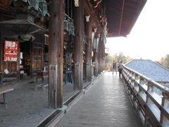 二月堂の回廊です。 眺めの良い、斜面に突き出した独特の建築様式は、 「懸造」と呼ばれており、これが有名な「二月堂の舞台」 です。 舞台の上には、多数の吊り燈籠も設けられており、 夜間には燈籠の光が大変美しく光り輝くとのことです。