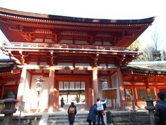 春日大社の山門は常に大勢の観光客で賑わいを見せる 所ですが今日は訪れる人は少なめでした。