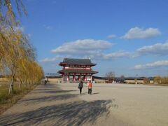 新しく復元された朱雀門です。 サイトで調べてみると、 「雀大路の北にあり、平城宮の正門として、 外国の使節の出迎えなどに使われたのが朱雀門です。 国を代表する建物として、豪華さ、壮大さを誇っていたと 思われます。 いまある朱雀門は、平成10年(1998年)に完成しました。」 とのことです。 でもだだっ広い平城京跡にポツンと朱雀門だけがあるのは 何とも淋しい光景です。 予算が許せば他の建物もどしどし修復してかつての平城京を 蘇らせて欲しいものです。