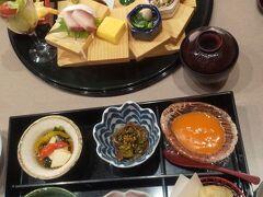上品できれいな盛り付けで美味しいです。 (ホテル内のレストランですからね) お客さんはほとんどいませんでした。 翌日は家族連れもいました。
