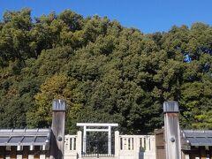 ホテルフジタ奈良の裏側には天皇陵がありました。 古都奈良らしいですね。 私たちの部屋からは通りが見えました。