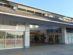 ●尾道駅  旅の最終日の3日目、「尾道駅」近くのホテルを朝7時にチェックアウトし、その足で駅までやってきました。 本当は朝くらいゆっくりしたかったところですが、この日もかなり詰め込んだ行程なのでやむを得ず。。。