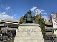 駅前には武田信玄の像がありました。