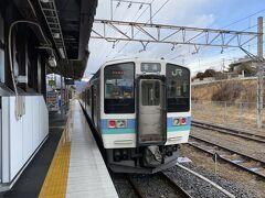 小淵沢から松本行きの普通列車に乗ります。