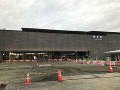 熊本駅にやってきました。シンプルでシックなデザインの素敵な駅舎ですね。 青春18きっぷ、2回目を入鋏してもらいます。