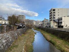 松本ではズバリ松本城のみ観光します。 道は知っているので歩いて向かいます。 途中にある女鳥羽川を渡ります。