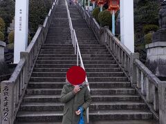 成田山大聖寺を参拝します。強烈な階段がお出迎えです。