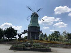 11:20、「霞ヶ浦総合公園」到着  野球場やサッカー場など広ーい公園で、 こんなオランダ風車などがあったり…
