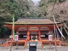 更に階段を登り923段目、白峰神社にお参りします。付近は「紅葉谷」と呼ばれる紅葉の名所ですが、冬なのでちょっと寂しい背景になっています。御祭神は崇徳天皇なんだそうです。