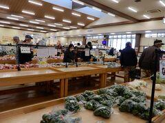 まずは「道の駅 花園」でお買い物 売り場面積が広く 地元野菜が安くとても豊富  レストランも併設 だがコロナで店内の飲食は控えたいので お惣菜を買い岩畳の上でランチ