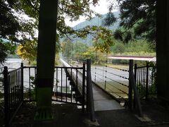 大井川鐡道の終点「千頭駅」から徒歩20分位の場所にある、大井川に架かる長さ145mの吊橋「両国吊橋」に来ました。