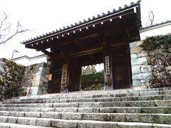 大原・三千院 御殿門  石段を上がり、御殿門をくぐって参拝受付へ。 受付は左側にあります。拝観料は700円。