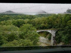 タウシュベツ川橋梁とは別のアーチ橋の前で止まってくれた挙句…