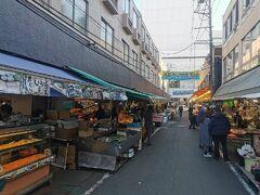 2日目はまず朝食を求めて仙台朝市にやってきました。いろいろなお店が並んでいます。6月に青森に行った時と違って活気があります。
