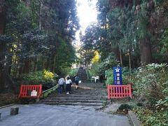 まずは瑞鳳殿にやってきました。「るーぷる仙台」は名所を効率よく回ってくれますが、一方通行なので、手前から見て回ることになります。ほとんどの方がこちらで下車していました。