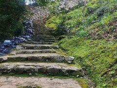 あまり人がいない長い石段を登って来て、天守閣が見えてきたので、もう少し頑張ります。
