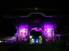 辺りが暗くなった善光寺、仁王門からライトアップされています。