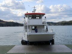 波止浜港から10分ほどで小島に到着しました。船はすぐに馬島に向かいました。