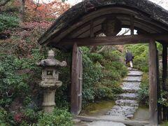 大河内山荘中門  小倉山の南面に俳優の大河内傅次郎が30年の歳月をかけて 造りあげた庭園です。 むかし訪れて気に入ったので再訪しました。  大河内傅次郎氏をご存じの方はかなりの時代劇通の方だと お見受けいたします^^
