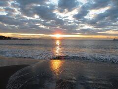 江ノ島近くの海岸(片瀬海岸東浜)で日の出を鑑賞。