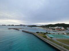 阿嘉島の集落方面  曇ってる夕方でも海は美しい~♪  これが、阿嘉島なんです