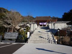 地図をよく見ず人の流れに任せて歩いていくと左手にそれらしきものが見えてきました。 筑波山神社と思って歩いていくとすぐに違うとわかりました。 後で調べたら筑波山・大御堂でした。