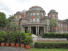 監察院(旧台北州庁舎) 日本統治時代の建物:1915年(大正4年)築の森山松之助の設計 敷地内には入れていただきましたが、建物内の見学はできませんでした。  昨年は改修工事工事中で外観も見ることが出来ませんでしたが立派な建物です。 台湾に残る日本統治時代の建物は風格があり、総統府をはじめ多くの建物が政府などの建物として現役で使われて、大切に保存されているのを目にします。 木造の日本家屋も公園などの一角に保存されています。  https://www.cy.gov.tw/