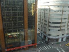 ホテルの部屋からの景色。 白いビルの1階は崋山市場、2階には「阜杭豆漿」があり毎朝、長い行列ができていました。