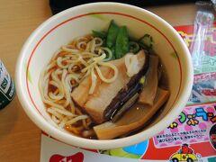 足柄サービスエリアにて昼食をいただきました。  ミニラーメン450円  量が少なく、お味もいまいち。。