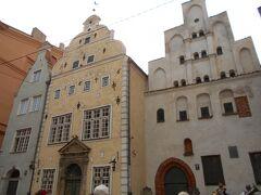 さらに進んでいくと、三人兄弟呼ばれる切り妻屋根が特徴の建物が3軒並んでいる通りがあります。一番右15世紀のリガ最古の石造り住宅。中央、淡い黄色の外壁の建物は17世紀建設されたもの。一番左、17世紀末に建設されたグリーンの外壁のものはバロック様式の破風、特に急傾斜の三角屋根が特徴だそうです。  15世紀、窓の大きさによって税金が決まる「窓税」があったため、右端のお家は窓がかなり小さい。その後、窓税が廃止され、窓が大きくなります。(真ん中のお家) 次に「間口税」が導入されたため一番左端のお家はウナギの寝床状態になってしまいました。