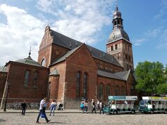 歴史地区には大聖堂も立っています。 1211年建立のリーガ大聖堂は中世ラトビアを含む全バルト地域で最古で最大の聖礼教会でした。  その後、ロマネスク建築やバロック建築様式で増改築が行われ、現在の建築物は18世紀後半のもの。  とても大きい教会です。