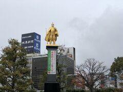 名古屋でJRに乗り換え、岐阜に到着。 (名古屋12:30⇒岐阜12:48) 駅前に立つ黄金の信長像もマスク姿でした。