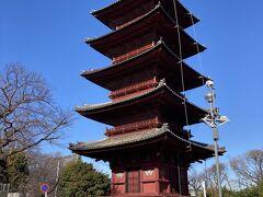 重要文化財の五重塔です。青空に映えます。