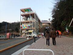 駅からは友人に迎えに来てもらいプレジャーフォレストへ。 左の建物はエレベーター。右の階段からも行けます。