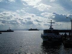 通船は5分で坂手港の桟橋到着。 乗ってきた通船と沖に停泊のにっぽん丸。