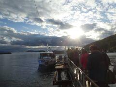 夕日がきらり。通船に乗り込みます。