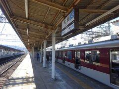 名張駅に到着。ここで乗務員が大阪側から伊勢側に交代。 また6両編成のうち後ろ2両が切り離しとなった。 とともに10分間停車。