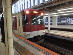7:14発の急行です。6分前に入線。 めずらしく地下鉄乗入れ用の3200系がきました。普段は地下鉄京都駅に入るので近鉄京都駅地上駅で見るのはやや珍しいと思います。 近鉄はものもちがよく50年選手も多いので1986年製のこの電車は新しい方です。