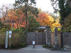 先日も訪問した明月院。今回は開門前に到着。3番目に並ぶ。