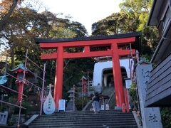 江島神社でお参りしましょう。