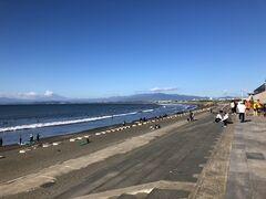 西浜の様子も見てきました。こちらはサーファーの皆さまがかなり密・・・・