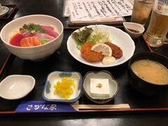 昼ご飯は毎度お馴染みの藤沢の「さかな家」にて。海鮮丼と揚げ物の無敵の組み合わせ。今日は牡蠣フライとクリームコロッケでした。