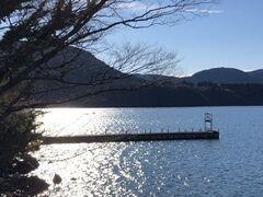 湖面のキラキラ加減がどことなく冬ですね。